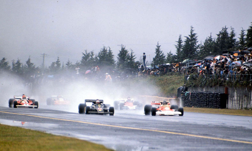 The start of the 1976 Japanese Grand Prix, with James Hunt leading Mario Andretti.